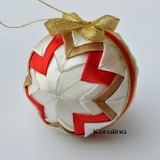 Vianočná guľa Červeno zlatý patchwork