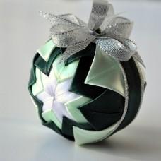Vianočná guľa Zelený patchwork 2