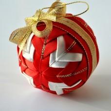 Vianočná guľka Červený patchwork